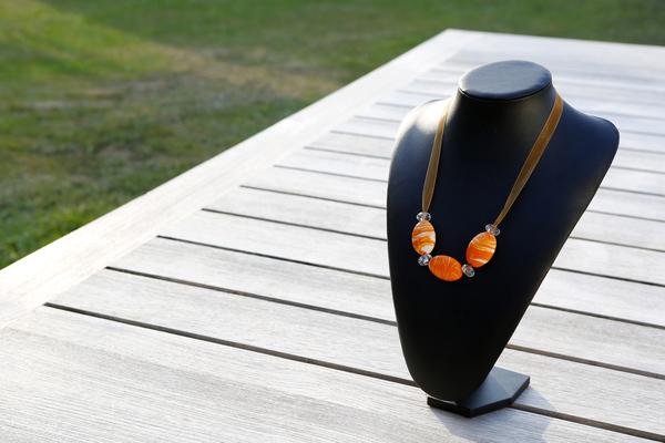 Halsketting met glaskralen en kristallen (oranje)