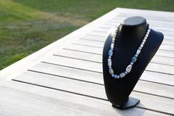 Halsketting met glaskralen en keramieke kralen (op z'n blauw)
