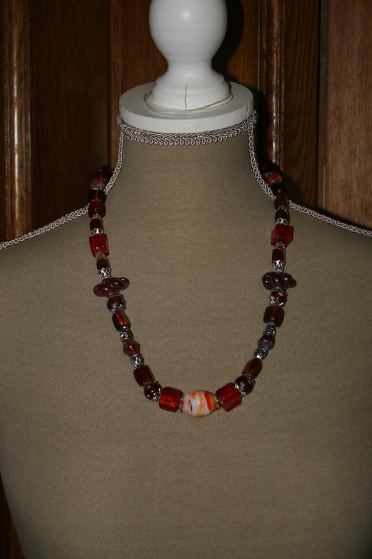 Halsketting met glaskralen (op z'n rood)