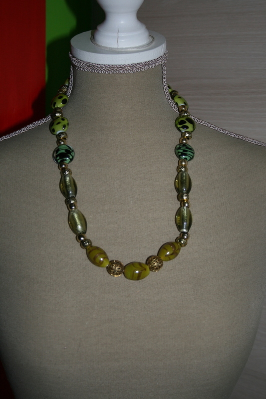 Halsketting zilverfolie glas kralen (op z'n groen)