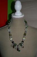Halsketting keramieke en glas kralen ( op z'n groen)