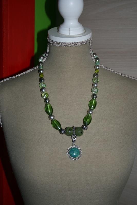 Halsketting met zilver folie glaskralen (groen)