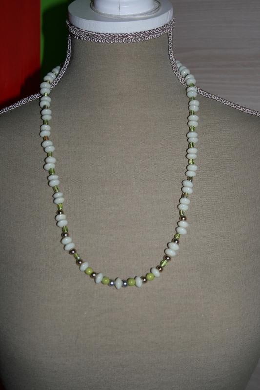 Halsketting met glaskralen, glasparels (op z'n groen)