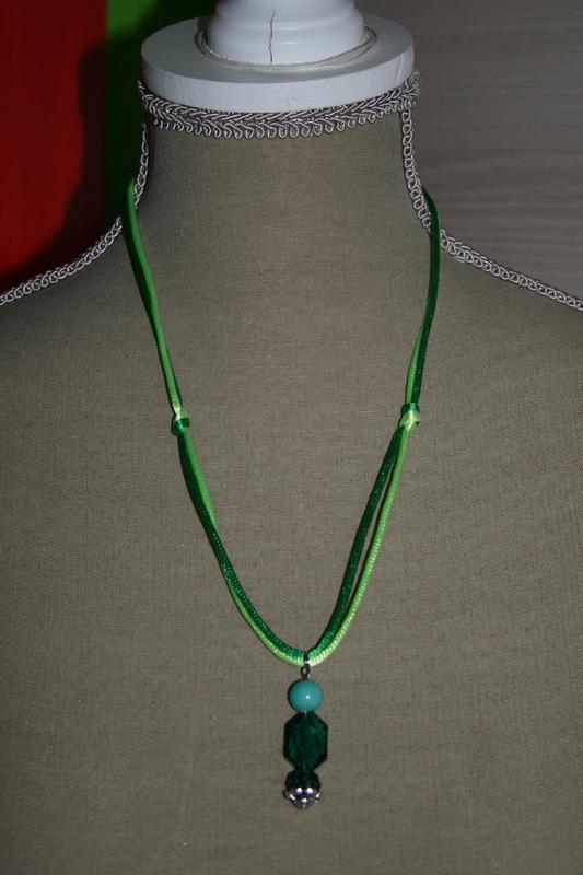 Halsketting glas kralen (op z'n groen)