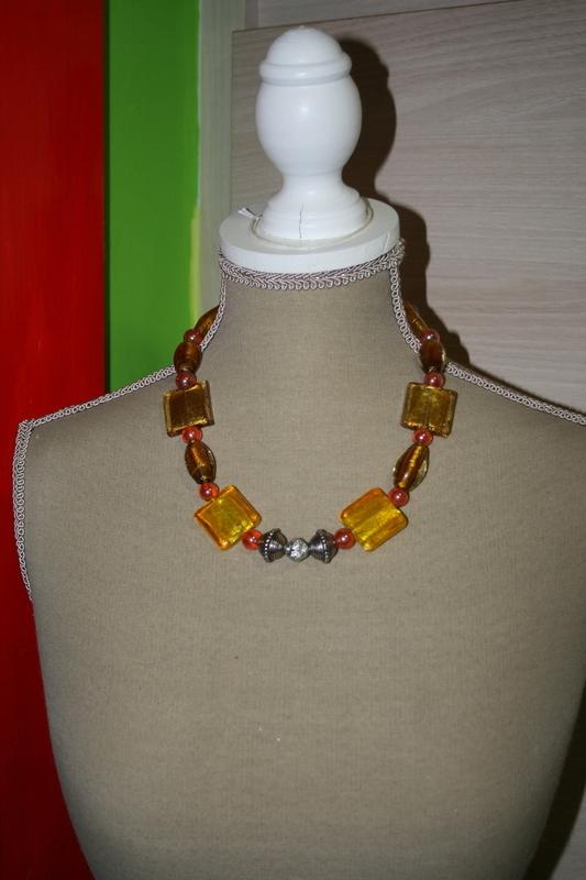 Halsketting glas kralen (op z'n geel)