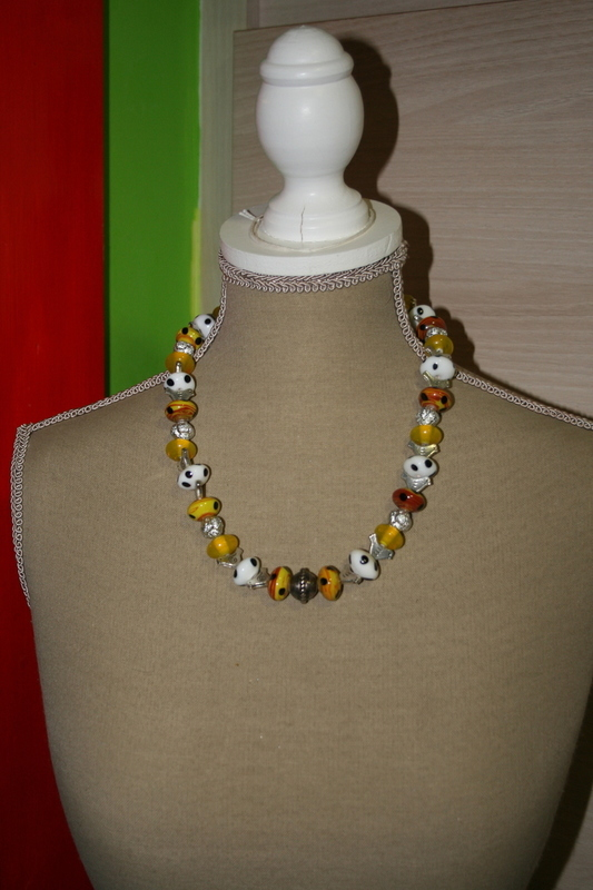 Halsketting glas kralen (geel met wit)