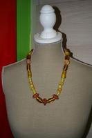 Halsketting met glas kralen (op z'n geel)