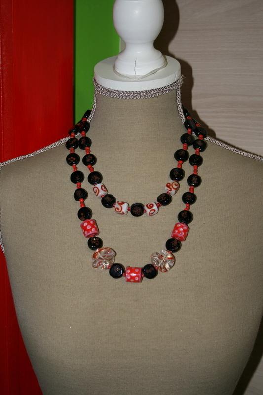 Halsketting met glaskralen (zwart met rood)