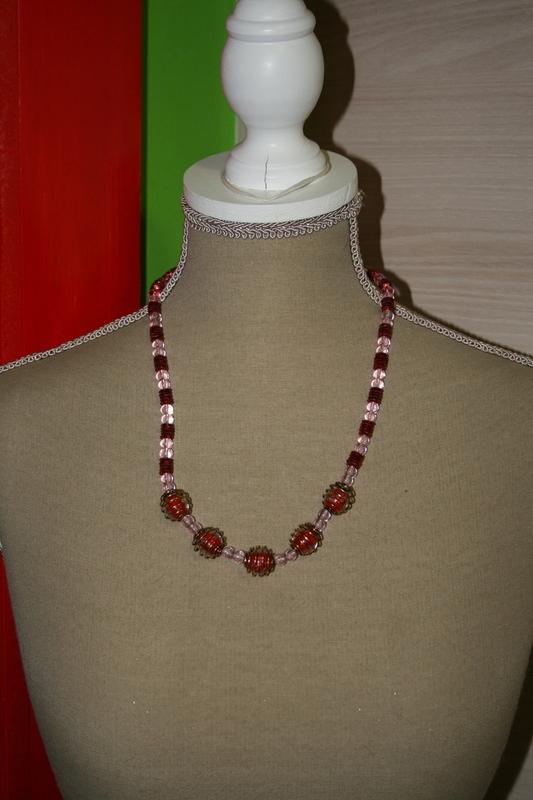 Halsketting met glaskralen (op z'n roze)