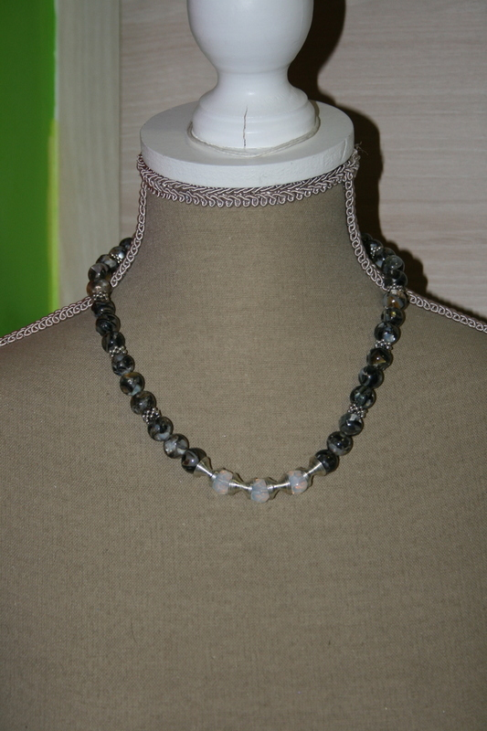 Halsketting met edelsteen (op z'n zwart)