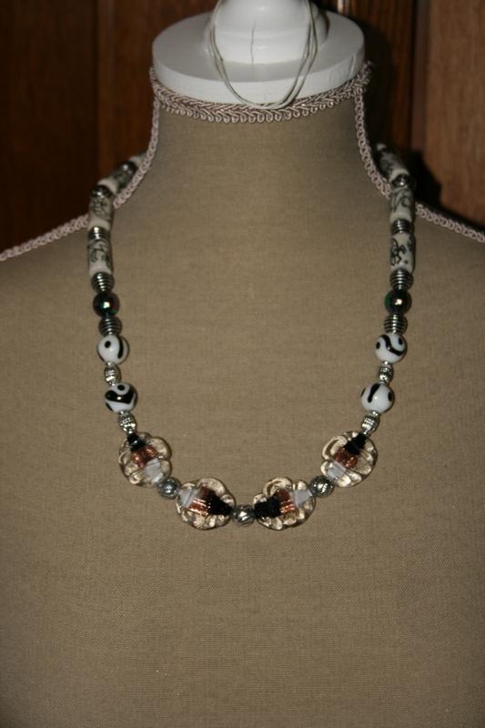 Halsketting glaskralen (zwart - wit)