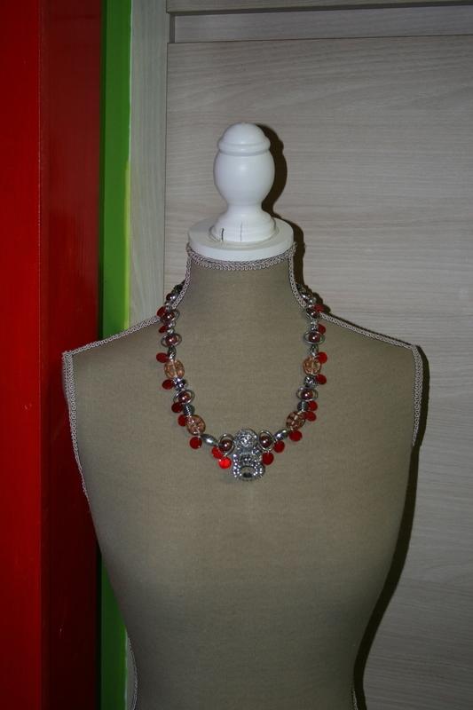 Halsketting met glas kralen (op z'n rood)