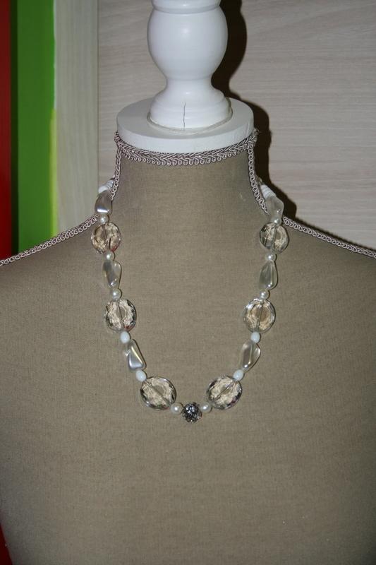 Halsketting glaskralen, -parels en kristallen (op z'n wit)