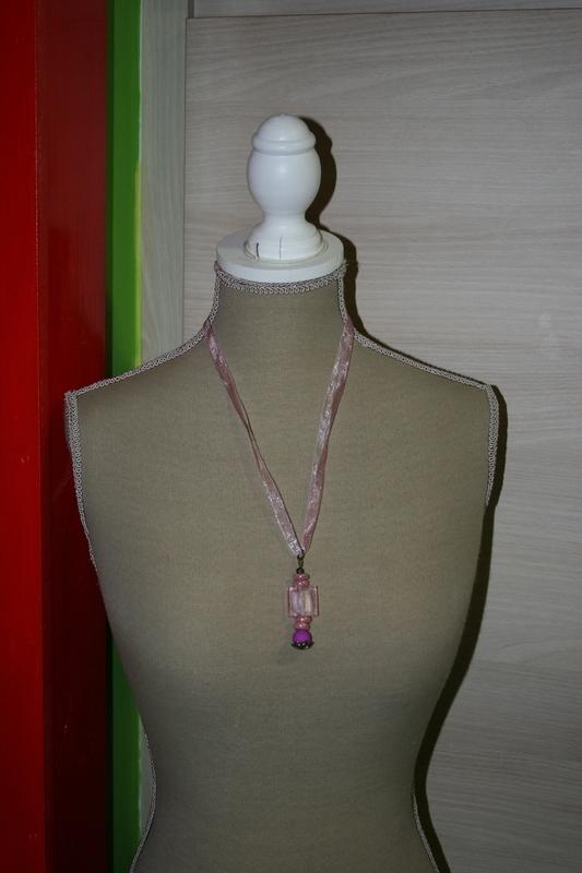 Halsketting met glas kralen (op z'n roze)