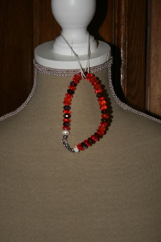 Armband met glaskralen en kristallen (op z'n rood)