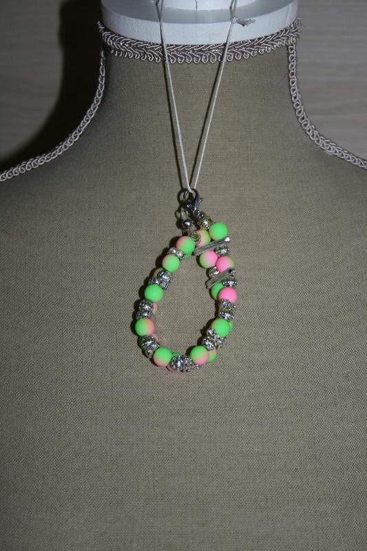 Armband met glaskralen (groen met roze)