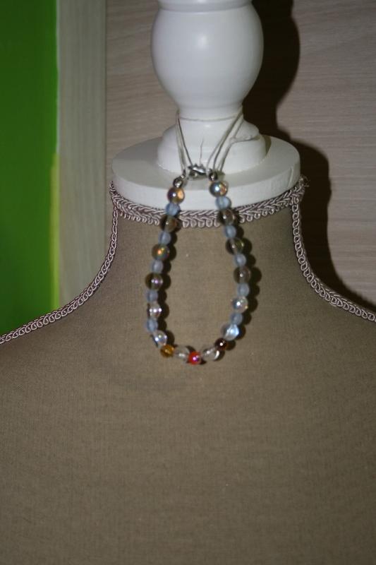 Armband met glaskralen (wit en andere kleuren)