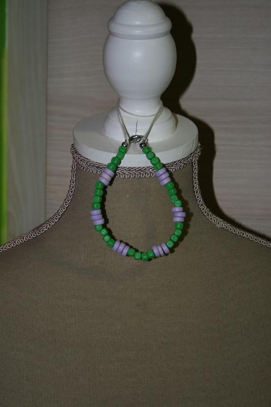Armband met houten kralen (groen met paars)