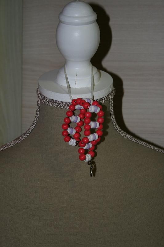 Armband met houten kralen (op z'n rood)