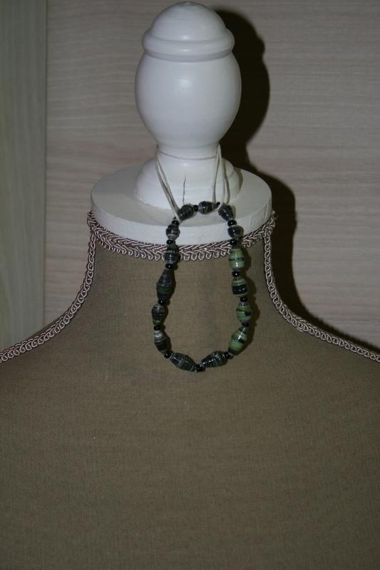 Armband met papieren kralen (donker grijs en groen)