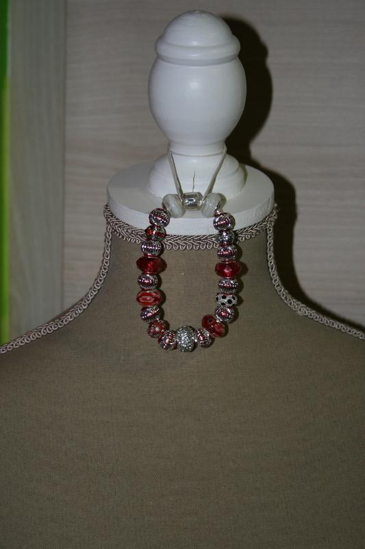 Armband met pandora stijl en glaskralen (op z'n rood)