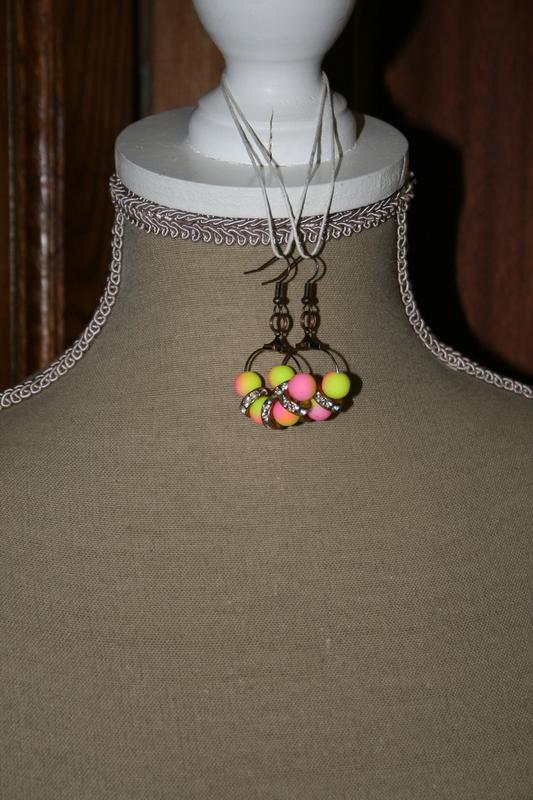 Oorbellen met glaskralen (roze met geel)