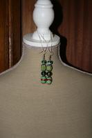 Oorbellen met glaskralen (op z'n groen)