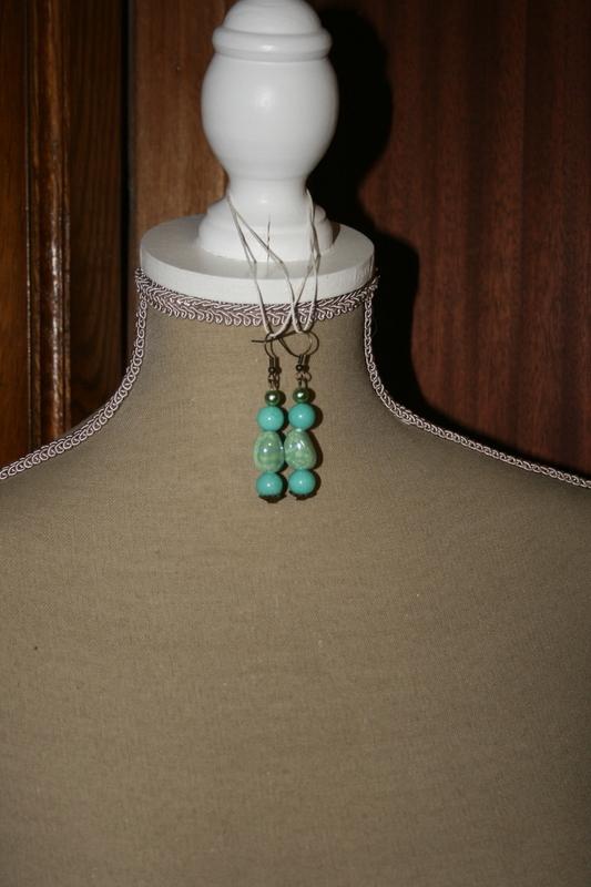 Oorbellen met glaskralen (licht blauw)