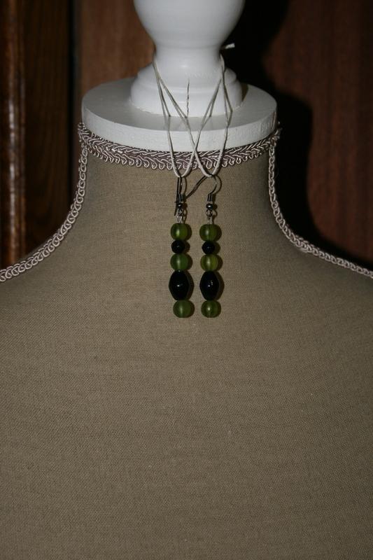Oorbellen met glaskralen (groen met zwart)