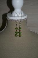 Oorbellen met glaskralen (groen - blauw - rood)