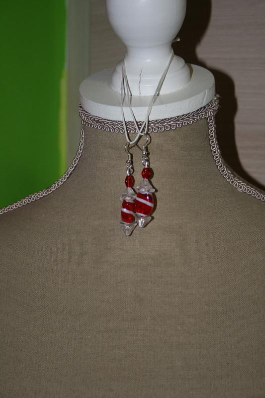 Oorbellen met glaskralen (rood met wit)