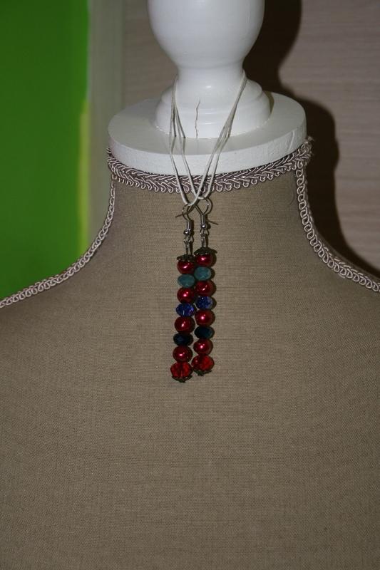 Oorbellen met glaskralen (rood met blauw)