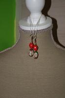 Oorbellen met glaskralen (op z'n rood)