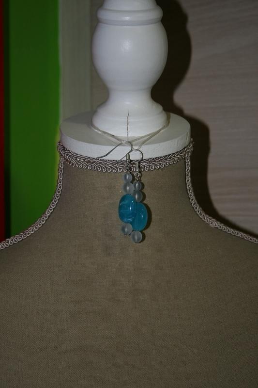 Oorbellen met acryl- en glaskralen (op z'n blauw)