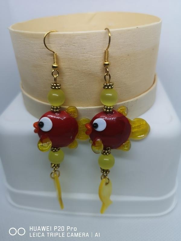 Oorbellen met rode visjes en gele Cat-Eye parels