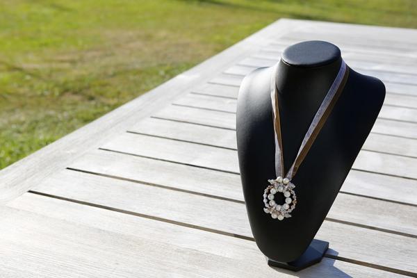 Amberkleurige halsketting met een vleugje zilveren kralen