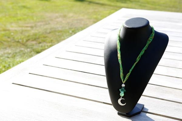 Halsketting hangertje op z'n groen