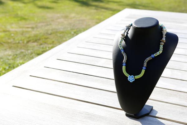 Halsketting Fimo kralen met blauw bloempje (voor kinderen)
