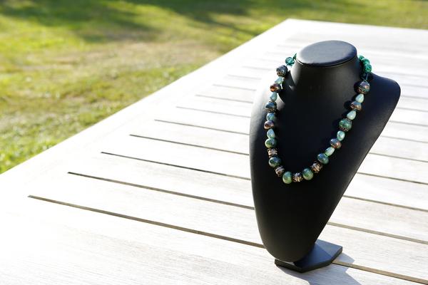 Halsketting met groene glaskralen