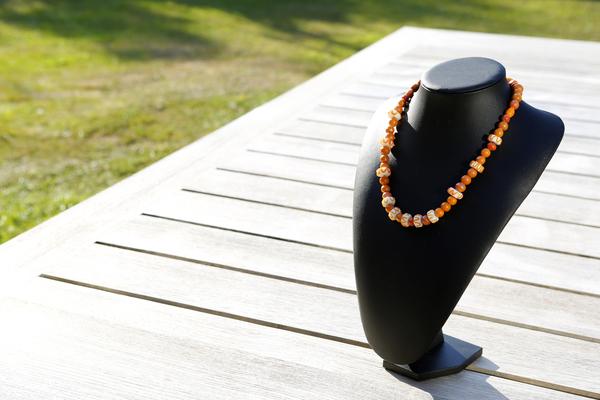 Halsketting met glas- en keramieke kralen