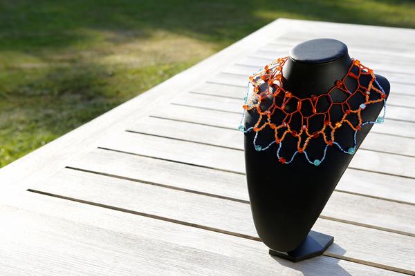 Halsketting op z'n oranje met blauw