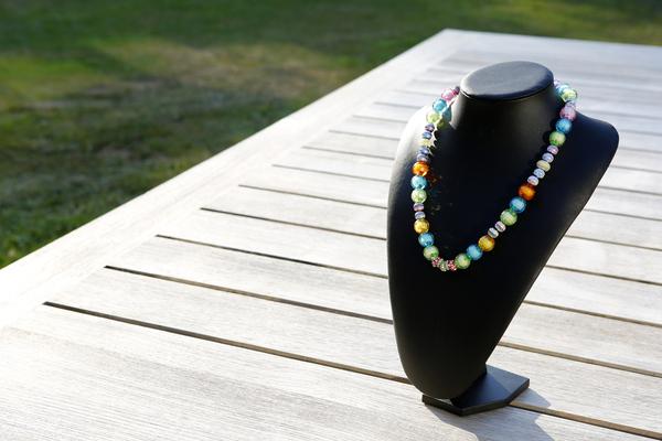 Halsketting met acrylkralen (met zomerse kleuren)