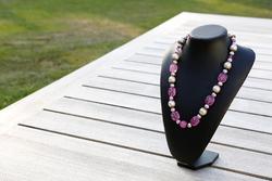 Halsketting met acrylkralen (roze en gebroken wit)