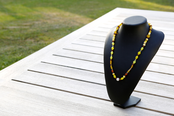 Halsketting met glaskralen (op z'n geel)