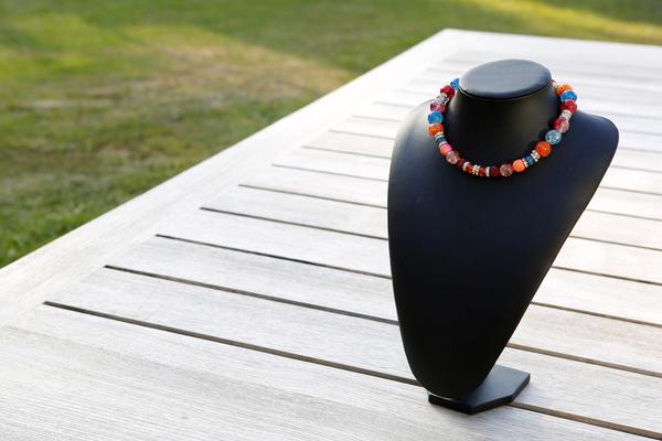 Halsketting met glaskralen (oranje, blauw en rood)