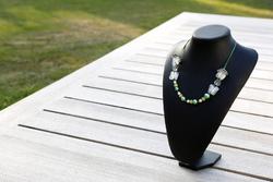 Halsketting met glaskralen en glasparels (wit en groen)