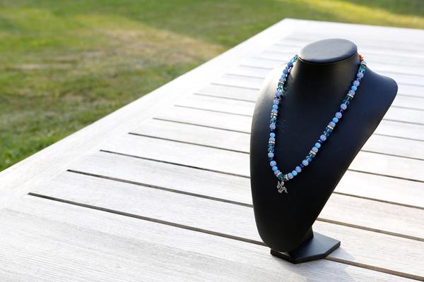Halsketting met Shamballa's en glaskralen (blauw)