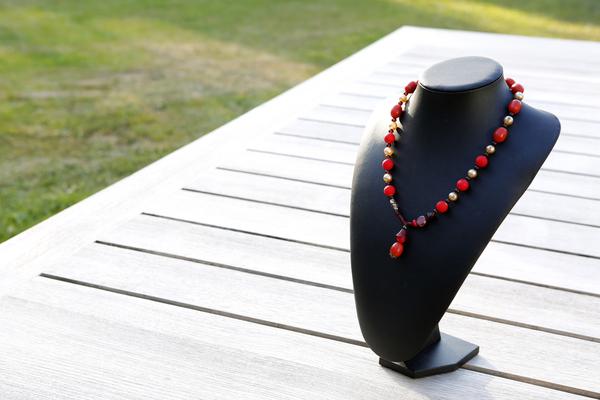 Halsketting met glas- en acrylkralen (rood en gebroken wit)