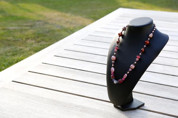 Halsketting met keramieke kralen en Shamballa's (op z'n roze)