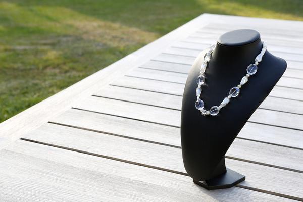 Halsketting met glaskralen en kristallen (wit)